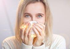 La donna beve il caffè fotografie stock libere da diritti
