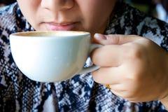 La donna beve il caffè sulla via La donna beve il tè La donna beve il caffè all'aperto La donna di affari beve il caffè all'apert fotografia stock libera da diritti