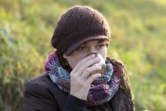 La donna beve il tè immagine stock libera da diritti