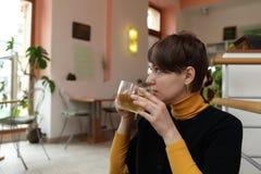 La donna beve il tè verde fotografie stock libere da diritti