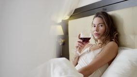 La donna beve il vino sul letto video d archivio