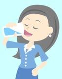 La donna beve l'acqua Fotografia Stock Libera da Diritti