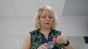 La donna beve l'acqua durante l'allenamento della bici stock footage