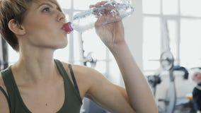 La donna beve l'acqua ed ha un resto durante l'addestramento archivi video