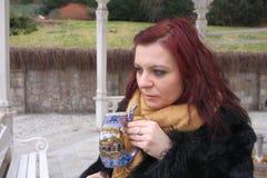 La donna beve l'acqua minerale naturale Immagine Stock