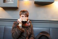 La donna beve la birra fotografie stock libere da diritti