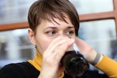 La donna beve la birra scura fotografia stock libera da diritti