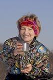 La donna beve una bevanda calda. fotografie stock libere da diritti
