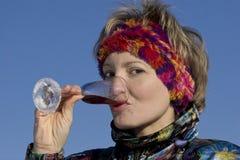 La donna beve una vite da un vetro Immagine Stock Libera da Diritti