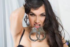La donna in biancheria intima, morso ammanetta, bdsm, giocattolo del sesso Fotografia Stock