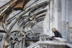 La donna bionda aspetta sul balcone ghotic della cattedrale Fotografie Stock Libere da Diritti