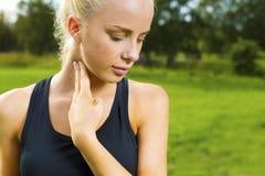 La donna bionda controlla il suo impulso dopo un di lunga durata Fotografia Stock