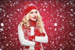 La donna bionda di risata felice si è vestita nel Natale dura con i pollici su, su fondo rosso ha spazio della copia Immagini Stock Libere da Diritti