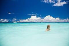 La donna bionda esile gode dell'oceano del turchese in Seychelles Fotografia Stock Libera da Diritti