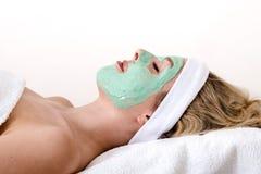 La donna bionda gode del trattamento facciale di bellezza. Fotografia Stock