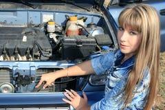 La donna bionda ripara il motore dell'automobile Fotografia Stock Libera da Diritti