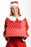 La donna bionda in Santa Claus copre sorridere con i contenitori di regalo Fotografia Stock Libera da Diritti