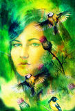 La donna blu della dea osserva con gli uccelli sul contatto oculare multicolore del fondo, collage del fronte della donna Fotografie Stock Libere da Diritti