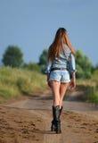 La donna in breve sulla strada Immagini Stock