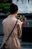 La donna buddista prega, vicino al grande centro commerciale, Bangkok Immagine Stock Libera da Diritti