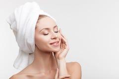La donna in buona salute allegra sta riposando dopo la doccia Immagini Stock Libere da Diritti