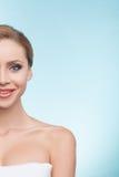 La donna in buona salute attraente è preoccuparsi del suo corpo Fotografia Stock