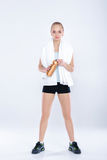 La donna in buona salute di sport nella forma fisica copre con l'asciugamano e la bottiglia di acqua della palestra Immagini Stock Libere da Diritti
