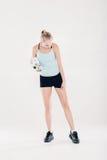 La donna in buona salute di sport nella forma fisica copre con l'asciugamano e la bottiglia di acqua della palestra Fotografie Stock