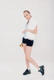 La donna in buona salute di sport nella forma fisica copre con l'asciugamano e la bottiglia di acqua della palestra Fotografia Stock