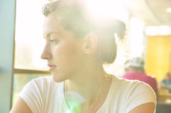 La donna in caffè sta osservando obliquamente fotografia stock