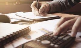 La donna calcola circa spesa e finanza fare in Ministero degli Interni immagine stock libera da diritti