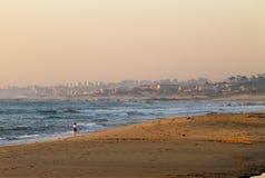 La donna cammina alla spiaggia fotografie stock