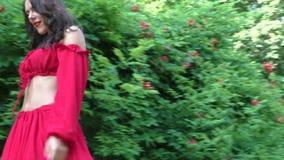 La donna cammina nel parco archivi video