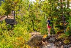 La donna cammina sulla montagna Immagini Stock Libere da Diritti
