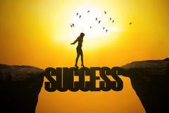 La donna cammina sulla parola di successo Immagini Stock Libere da Diritti