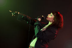 La donna canta una canzone Fotografia Stock Libera da Diritti