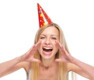 La donna in cappuccio del partito che grida tramite il megafono ha modellato le mani Fotografia Stock