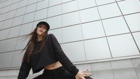 La donna castana che balla, esegue lo stile libero contemporaneo di ballo hip-hop moderno nella via, urbana stock footage