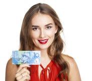 La donna castana tiene una banconota da 10 dollari australiani isolato sopra Immagini Stock