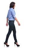 La donna casuale cammina davanti alla macchina fotografica Fotografie Stock