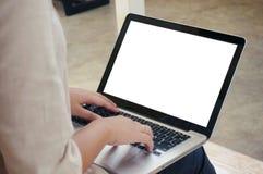 La donna casuale di affari lavora online sul computer portatile che passano su K Fotografie Stock Libere da Diritti