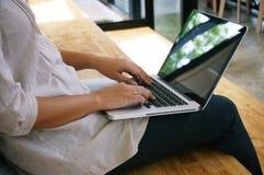 La donna casuale di affari lavora online sul computer portatile che passano su K Fotografia Stock Libera da Diritti
