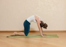 La donna caucasica sta praticando l'yoga fotografie stock libere da diritti