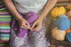 La donna caucasica tricotta i vestiti di lana Ferri da maglia della tenuta alle mani Fotografia Stock Libera da Diritti