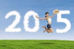 La donna celebra il nuovo anno sul prato Fotografia Stock Libera da Diritti