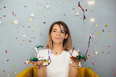 La donna celebra qualcosa con i coriandoli Fotografia Stock Libera da Diritti