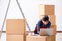 La donna che accetta ordine di rilocazione da Internet Immagine Stock