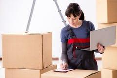 La donna che accetta ordine di rilocazione da Internet Fotografia Stock