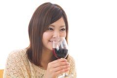La donna che beve il vino Fotografie Stock Libere da Diritti