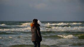 La donna che cammina sulle onde effettua il movimento lento nella sera fredda archivi video
